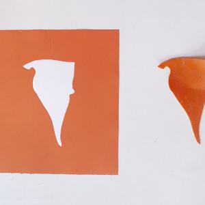 Obra de arte sobre papel gofradro. Pieza única de color naranaja hecha con pigmetos. Le acompaña una pieza de plásatico que es el molde del gofrado