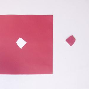 Obra de arte sobre papel gofradro. Pieza única de color rosa hecha con pigmetos. Le acompaña una pieza de plásatico que es el molde del gofrado