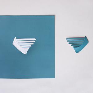 Obra de arte sobre papel gofradro. Pieza única de color turquesa hecha con pigmetos. Le acompaña una pieza de plásatico que es el molde del gofrado