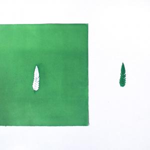 Obra de arte sobre papel gofradro. Pieza única de color verde esmeralda hecha con pigmetos. Le acompaña una pieza de plásatico que es el molde del gofrado