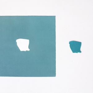 Obra de arte sobre papel gofradro. Pieza única de color verdoso hecha con pigmetos. Le acompaña una pieza de plásatico que es el molde del gofrado