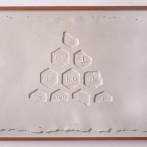 Obra de arte sobre papel gofradro. Pieza única de color morado hecha con pigmetos. Le acompaña una pieza de plásatico que es el molde del gofrado